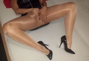 Cougar alysha onanism in shinny tights