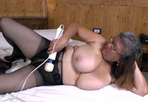 Mexican Plumper  plays with phat vibro