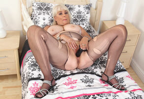 Chunky cougar Christina X knows how to..